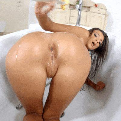 Hot Chick puts some oil on her ass